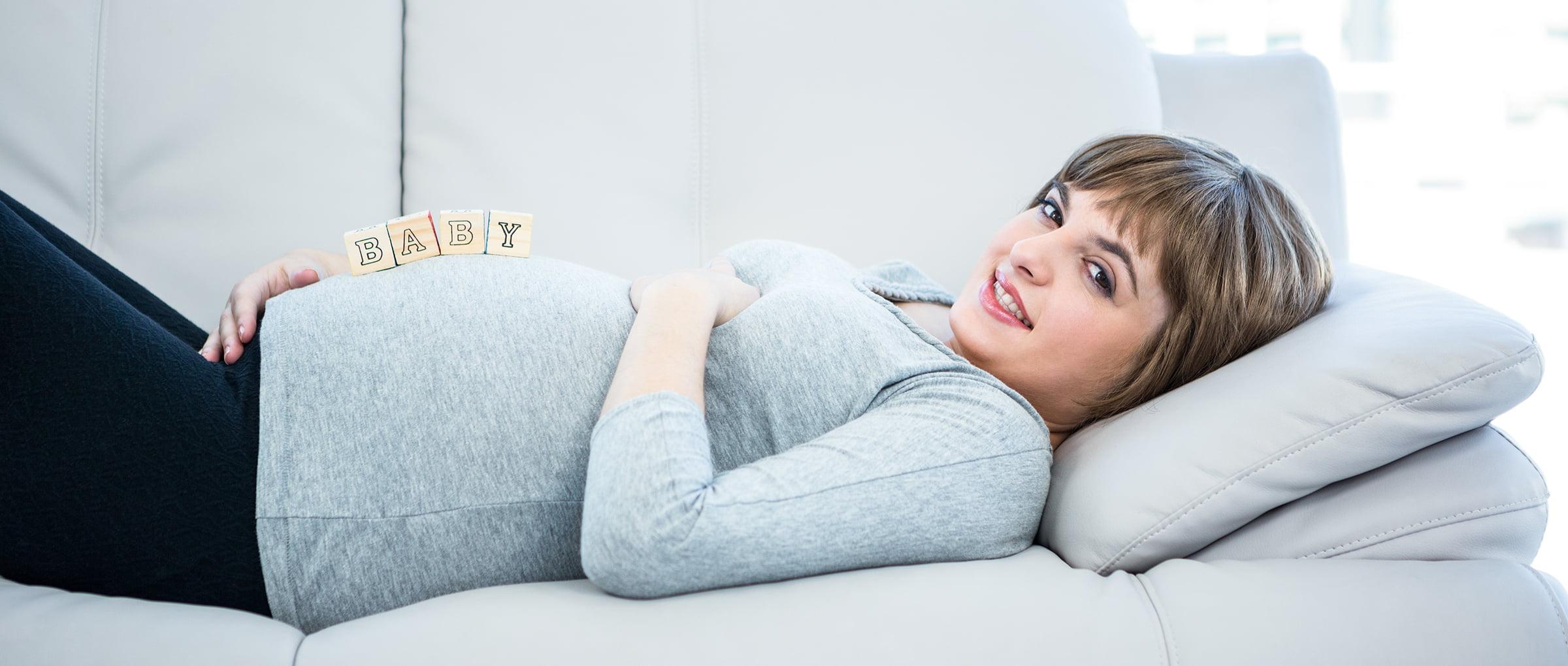 Le ventre de la femme enceinte commence à se voir
